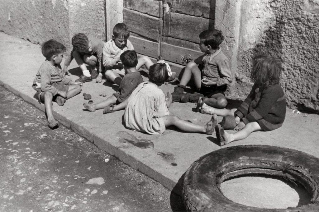 Cesare Barzacchi, Ragazzini di borgata, Roma, 1937, © Eredi Cesare Barzacchi