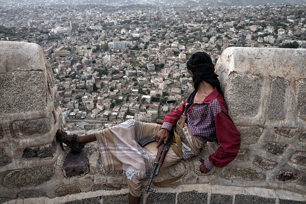 La guerre civile au YÈmen, qui oppose les troupes loyalistes ‡ la rÈbellion houthie, dure depuis 2014. Une ÈpidÈmie de cholÈra fait rage depuis quelques mois dans le pays. Taez est une ville assiÈgÈe, o˘ les combats sont extrÍment violents. La ville est en ruines et líEtat y est complËtement dÈfaillant. Líaide humanitaire manque cruellement. Taez, June 2017.  Yemen civil war, opposing loyalist troops and the Houthi rebellion, is ongoing since 2014. A cholera epidemic has raged for few months in the country. Taez is under siege, where fights are extremely violent. The town is destroyed and the State is defective. There is a cruel lack of humanitarian aid. Taez, June 2017.  Olivier Laban-Mattei / MYOP pour Le Monde