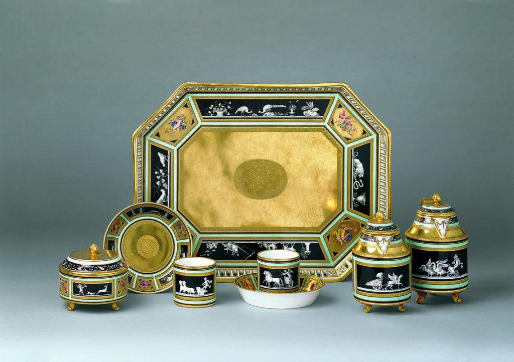 Kaiserliche Porzellanmanufaktur Wien, Epoche Sorgenthal ( 1784–1805) 6-teiliges Déjeuner Tête-à-Tête mit pompejanischen Dekor 1791/95 Porzellan, radierter und reliefierter Golddekor 39 x 30 cm Tablett PO2088