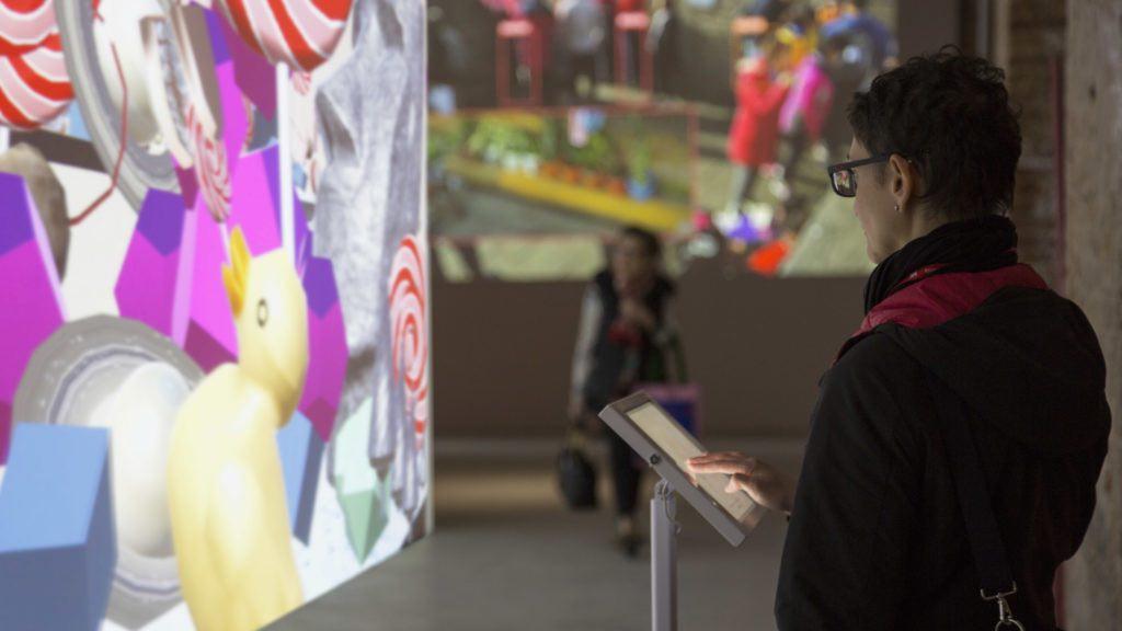 Un visitatore che interagisce con il lavoro di Fei Jun in Interesting World. Foto per gentile concessione dell'artista.