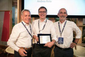 Paolo Rota (al centro) con e Fabio Cannavale (presidente della giuria e imprenditore digitale) e Giancarlo Rocchietti, presidente del Club degli Investitori