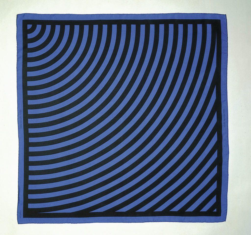 Una sciarpa di seta con opere d'arte di Sol LeWitt. Foto per gentile concessione di Louis Vuitton.