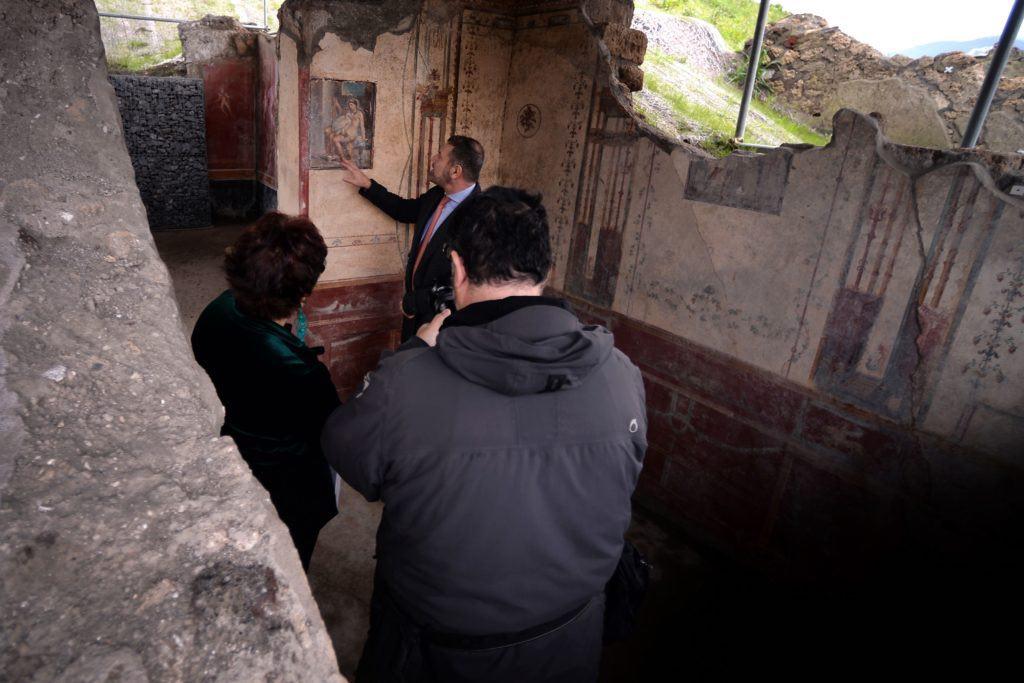 Un curatore del Parco Archeologico di Pompei discute dell'affresco di Leda e Swan scoperto a novembre 2018 nel sito di scavo di Regio V a Pompei. Foto di Filippo Monteforte / AFP via Getty Images.