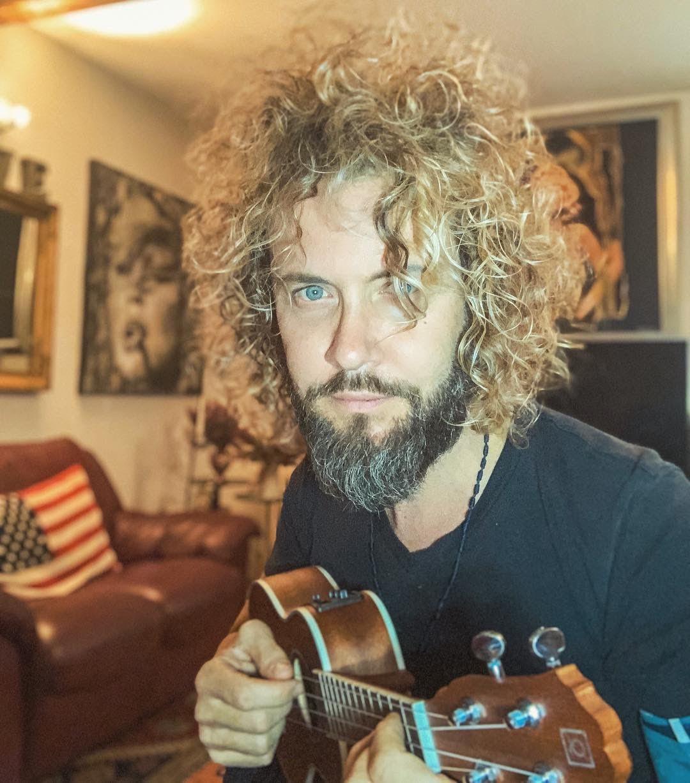 Alessio Lini con l'ukulele