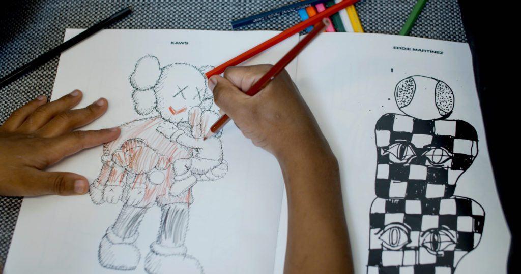 Una colorazione per bambini di KAWS e Eddie Martinez nel libro da colorare per artisti di We All Rise . Foto per gentile concessione della Library Street Collective, Detroit.
