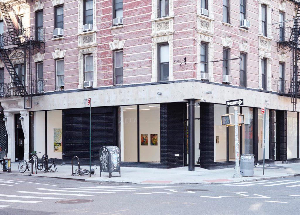 Half Gallery nell'East Village ha installato una mostra appositamente progettata per essere vista dalla strada. Foto per gentile concessione della Half Gallery.