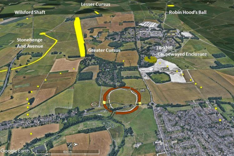 Un'immagine di Google Earth modificata mostra i 20 pozzi del tardo periodo neolitico scoperti che circondano le Mura di Durrington. Immagine gentilmente concessa da EDINA Digimap Ordnance Survey Service. Il team archeologico di Stonehenge Hidden Landscapes ha creato questa immagine usando marcatori rossi per mostrare i 20 pozzi del tardo Neolitico intorno al sito delle mura di Durrington nell'Inghilterra meridionale. Stonehenge, a due miglia di distanza, è visibile in alto a sinistra. Immagine gentilmente concessa da EDINA Digimap Ordnance Survey Service. Il team archeologico di Stonehenge Hidden Landscapes ha creato questa immagine usando marcatori rossi per mostrare i 20 pozzi del tardo Neolitico intorno al sito delle mura di Durrington nell'Inghilterra meridionale. Stonehenge, a due miglia di distanza, è visibile in alto a sinistra. Immagine gentilmente concessa da EDINA Digimap Ordnance Survey Service. La distanza tra le fosse e le pareti di Durrington varia leggermente. Immagine gentilmente concessa da EDINA Digimap Ordnance Survey Service. La distanza tra le fosse e le pareti di Durrington varia leggermente. Immagine gentilmente concessa da EDINA Digimap Ordnance Survey Service. Segui le notizie di artnet su Facebook: Vuoi stare al passo con il mondo dell'arte? Iscriviti alla nostra newsletter per ricevere le ultime notizie, le interviste che aprono gli occhi e le incisive critiche che spingono la conversazione in avanti. CONDIVIDERE Sarah Cascone Scrittore senior articoli Correlati Un fotografo di matrimoni ha tenuto una lezione di archeologia online durante il blocco e potrebbe aver scoperto una struttura simile a Stonehenge perduta Gli archeologi credono di aver identificato l'improbabile ingrediente segreto usato per costruire Stonehenge: Lardo Gli archeologi potrebbero aver finalmente risolto il mistero di dove venissero le rocce di Stonehenge