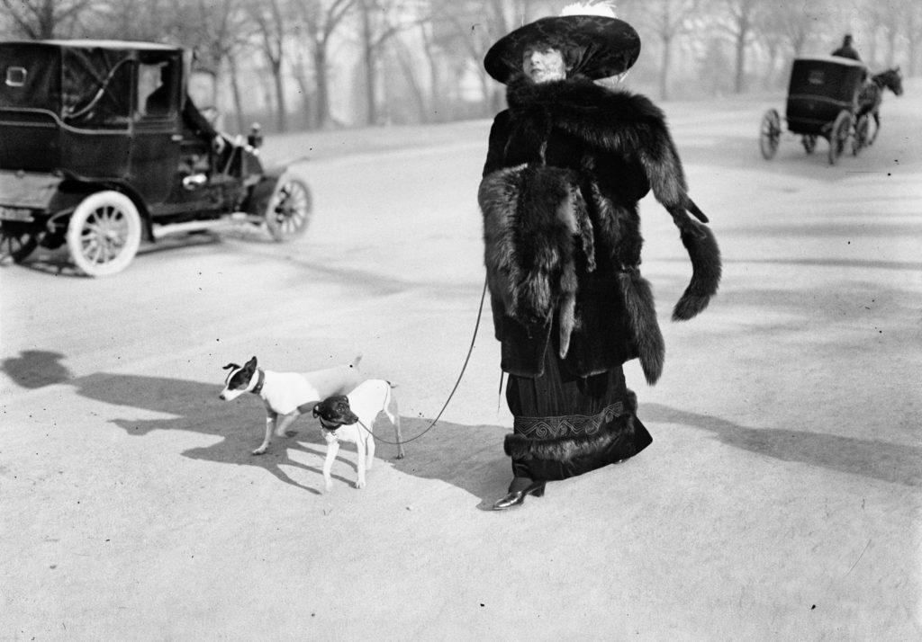 2. Anna la Pradvina, aussi appelée _La femme aux renards_, Avenue du Bois, Paris, 1911_0