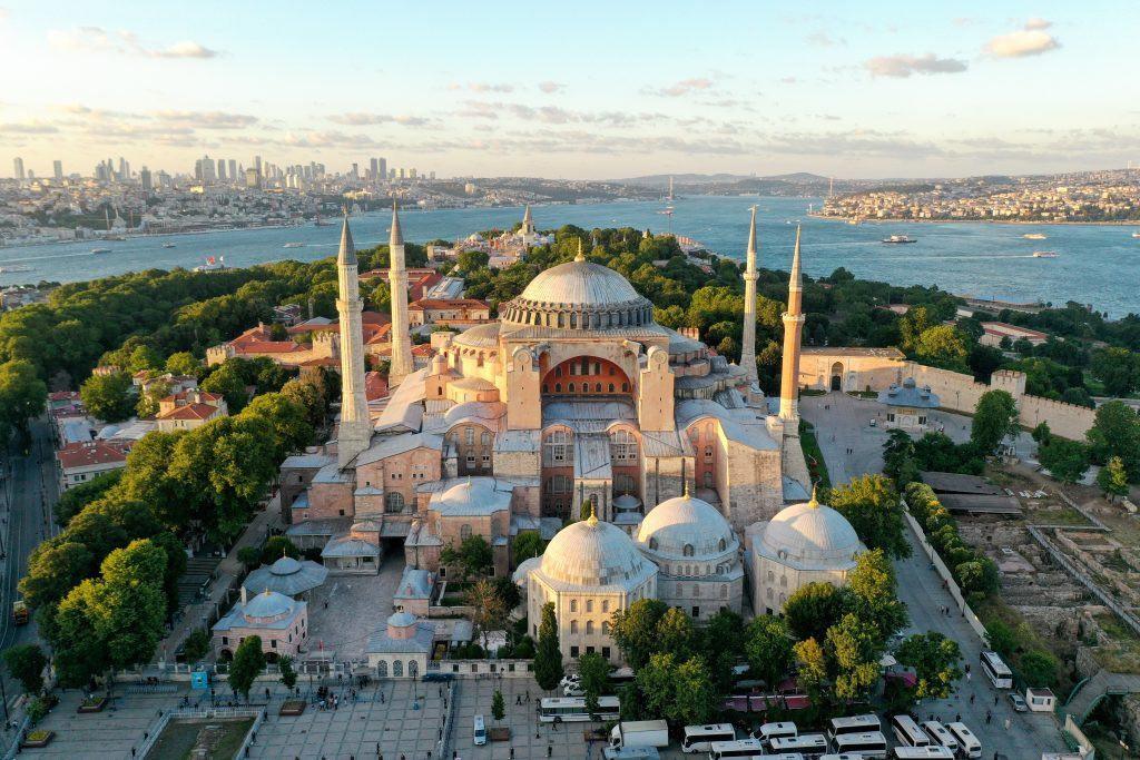 Hagia Sophia, recentemente convertita da museo a moschea. Foto di Muhammed Enes Yildirim Anadolu Agency tramite Getty Images.