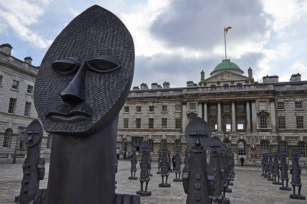 Figure che formano un'installazione artistica dell'artista Zak Ove nel cortile della Somerset House nell'ambito della 1-54 Contemporary African Art Fair a Londra nel 2016. Foto di Niklas Halle'n AFP Getty Images)