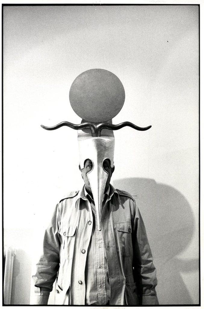 Arnaldo Pomodoro ritratto con la maschera di Cesarione,1990. Foto Carlo Orsi