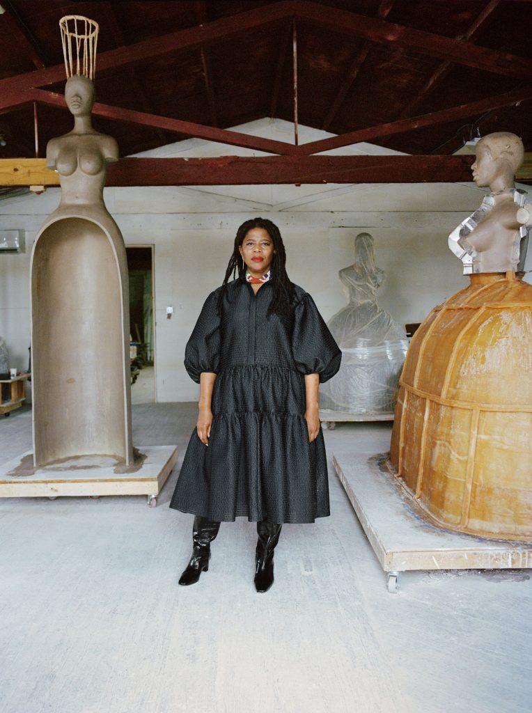 Simone Leigh agli Stratton Sculpture Studios nel 2020. Foto di Shaniqwa Jarvis, per gentile concessione dell'artista e Hauser & Wirth, © Simone Leigh.