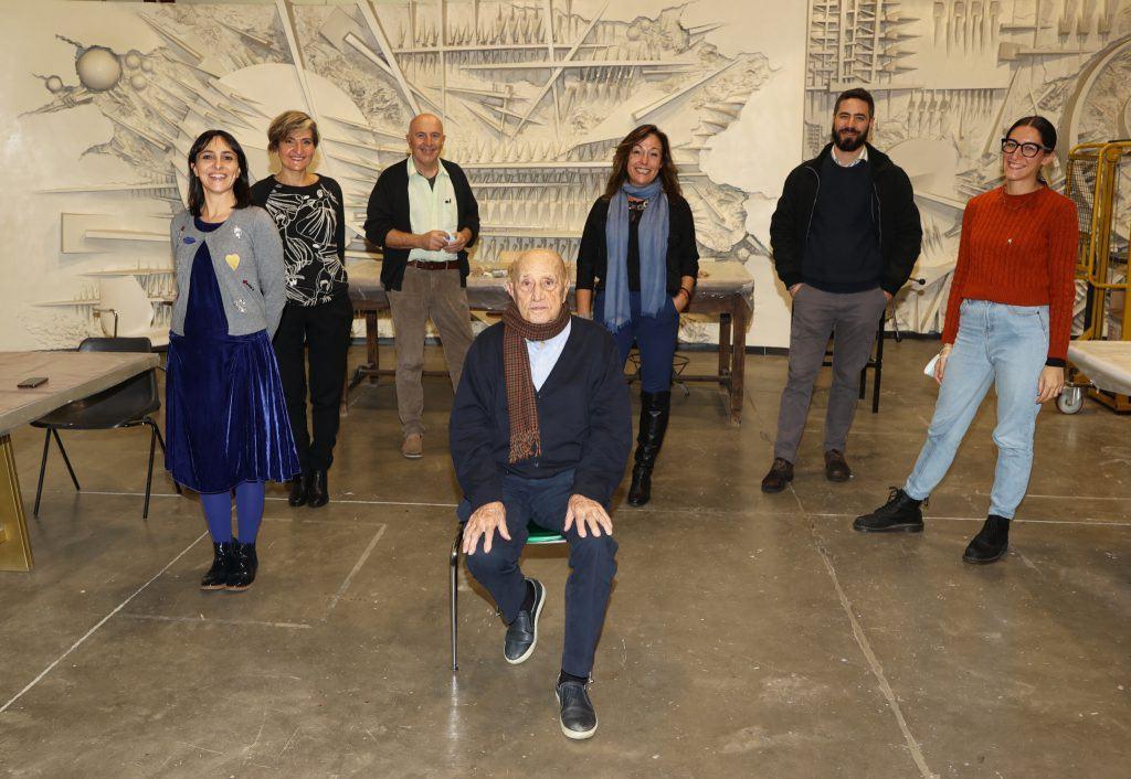 Arnaldo Pomodoro e il suo staff, alle spalle Carlotta Montebello - foto Andrea Cherchi