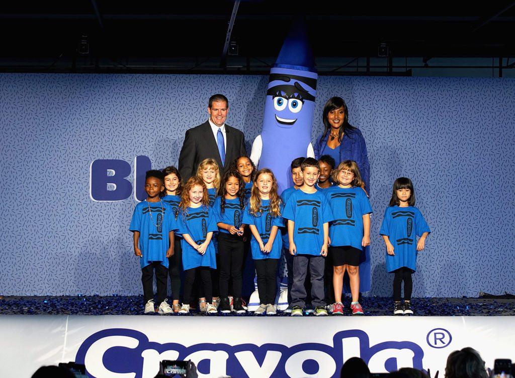 Il CEO e presidente di Crayola Smith Holland e il vicepresidente senior del marketing Melanie Boulden annunciano Bluetiful, il nome vincente del suo nuovo pastello blu basato sul YInMn Blue appena scoperto. Per gentile concessione di Bennett Raglin Getty Im