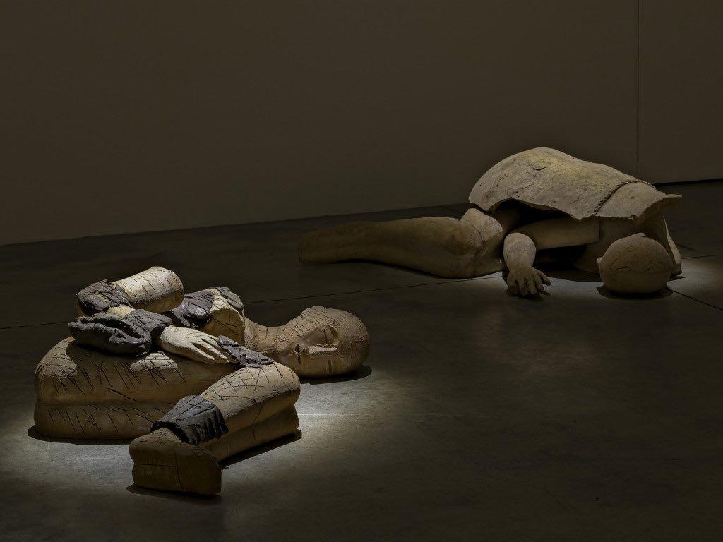 Mimmo Paladino, I Dormienti alla Cardi Gallery di Milano, ph. Carlo Vannini